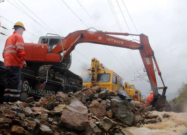 Trung Quốc: Sạt lở núi sau bão Megi, vùi lấp hơn 40 người - Ảnh 1.