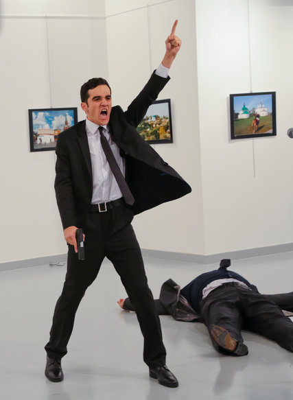 Đại sứ Nga tại Thổ Nhĩ Kỳ bị ám sát khi đang phát biểu tại triển lãm tranh - Ảnh 1.