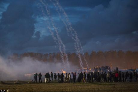 Xung đột trước giờ dỡ bỏ trại tị nạn Calais (Pháp) - Ảnh 3.