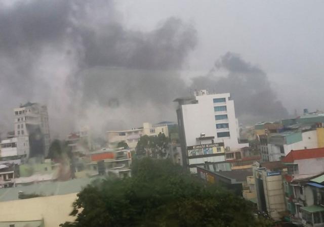 TP.HCM: Trạm biến áp nổ như bom trong mưa làm rung chuyển nhà dân - Ảnh 1.