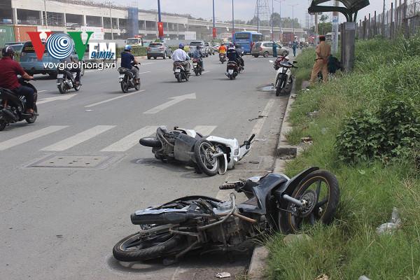 Ô tô điên đâm hàng loạt xe máy trên xa lộ Hà Nội - Ảnh 2.