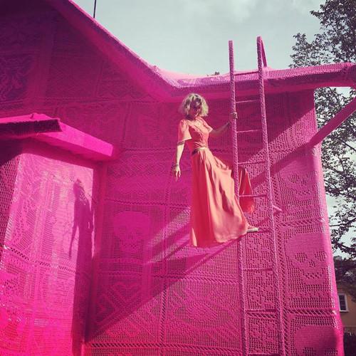Thú vị ngôi nhà bằng len hồng của những phụ nữ Ba Lan - Ảnh 6.