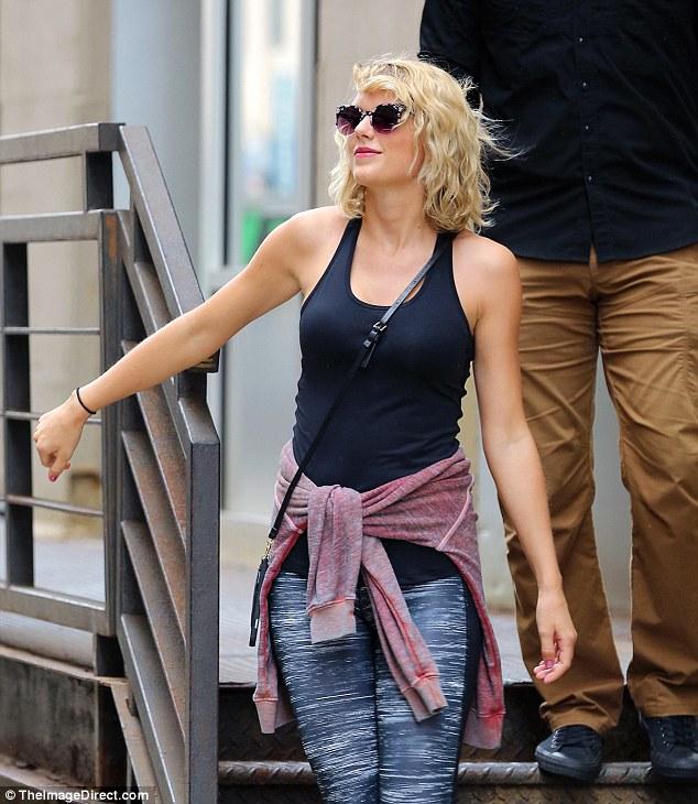Taylor Swift tươi cười hớn hở hậu chia tay Tom Hiddleston - Ảnh 2.