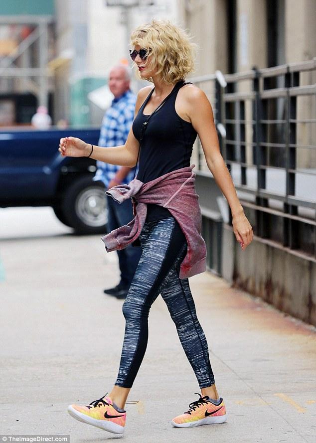 Taylor Swift tươi cười hớn hở hậu chia tay Tom Hiddleston - Ảnh 3.