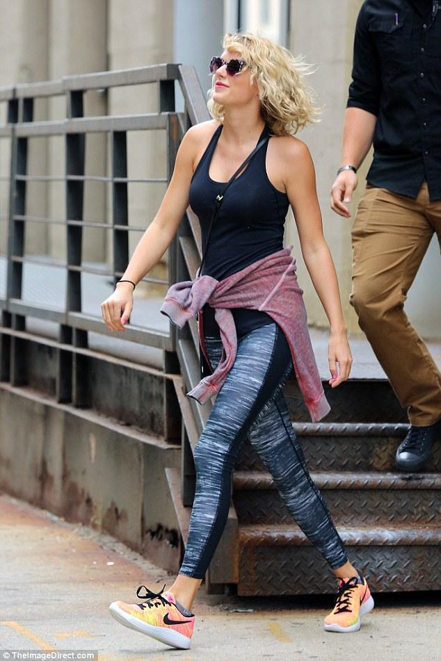 Taylor Swift tươi cười hớn hở hậu chia tay Tom Hiddleston - Ảnh 1.