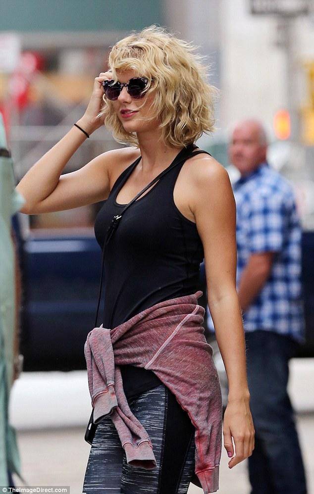 Taylor Swift tươi cười hớn hở hậu chia tay Tom Hiddleston - Ảnh 5.