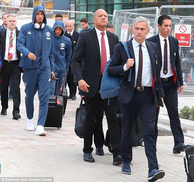 Man Utd buồn như mất sổ gạo trở về Old Trafford sau trận thua muối mặt - Ảnh 5.