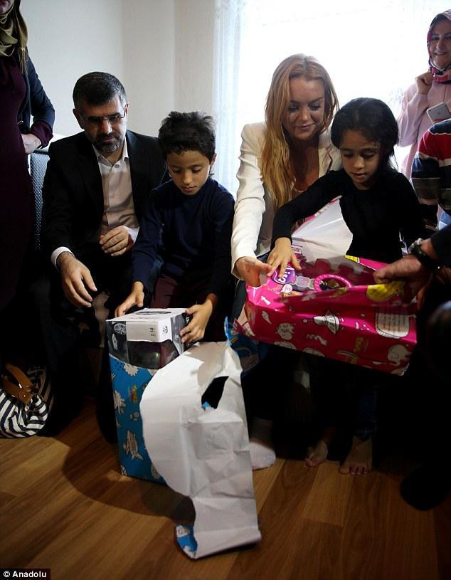 Lindsay Lohan vượt qua nỗi đau mất ngón tay đi làm từ thiện - Ảnh 5.