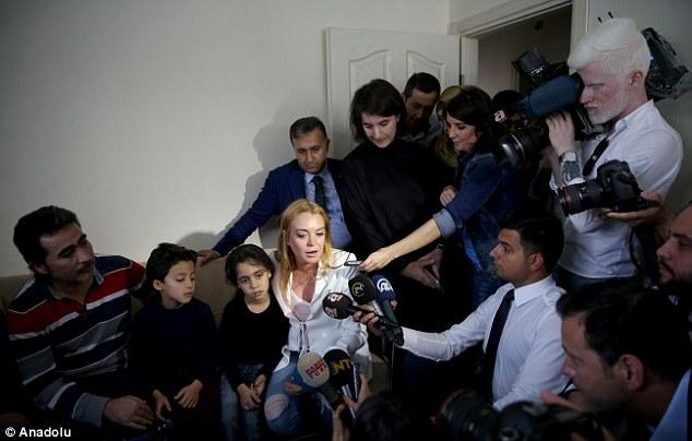Lindsay Lohan vượt qua nỗi đau mất ngón tay đi làm từ thiện - Ảnh 4.