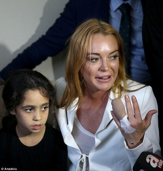 Lindsay Lohan vượt qua nỗi đau mất ngón tay đi làm từ thiện - Ảnh 3.