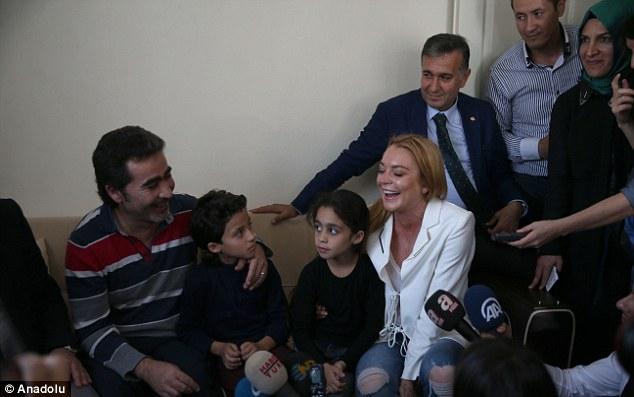 Lindsay Lohan vượt qua nỗi đau mất ngón tay đi làm từ thiện - Ảnh 2.