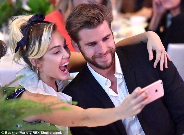 Miley Cyrus tươi hết cỡ bên người tình điển trai - Ảnh 2.