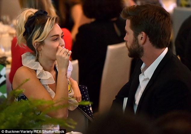 Miley Cyrus tươi hết cỡ bên người tình điển trai - Ảnh 4.