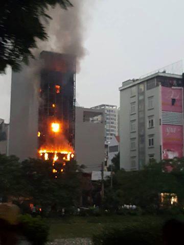 [VIDEO] Quán karaoke 6 tầng trên đường Nguyễn Khang bốc cháy dữ dội - Ảnh 1.