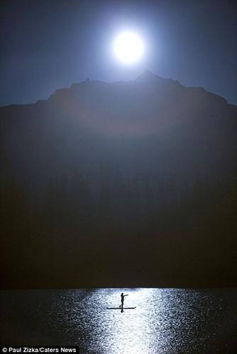 Khoảnh khắc chèo thuyền kayak dưới bầu trời đầy sao ở Bắc Mỹ - Ảnh 4.