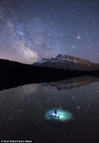 Khoảnh khắc chèo thuyền kayak dưới bầu trời đầy sao ở Bắc Mỹ - Ảnh 7.