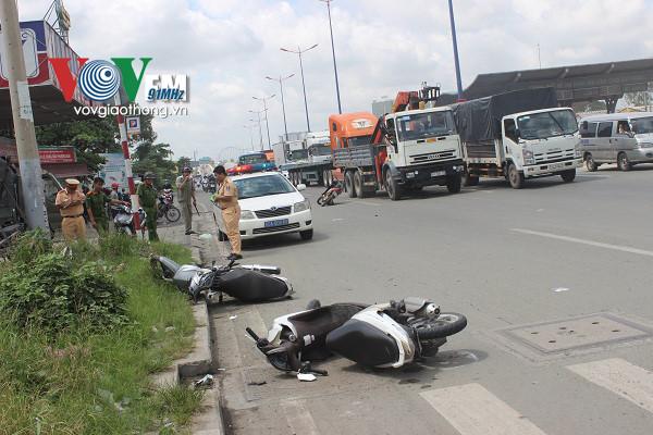 Ô tô điên đâm hàng loạt xe máy trên xa lộ Hà Nội - Ảnh 3.