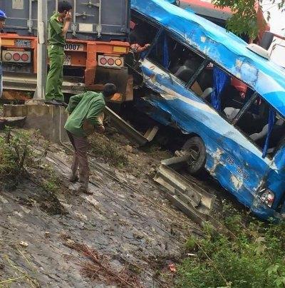 Tai nạn ô tô liên hoàn ở Hòa Bình, 4 người thương vong - Ảnh 1.