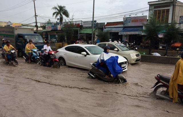 Nhiều tuyến đường nội đô Cần Thơ ngập nặng - Ảnh 2.