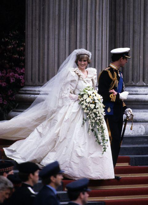 9 chiếc váy cưới có giá trên trời khiến cô dâu nào cũng mơ ước - Ảnh 1.