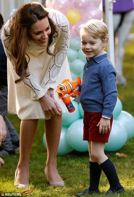 Ngắm loạt ảnh yêu không thể tả của hoàng tử bé nước Anh tại Canada - Ảnh 10.
