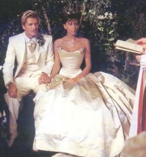 9 chiếc váy cưới có giá trên trời khiến cô dâu nào cũng mơ ước - Ảnh 2.