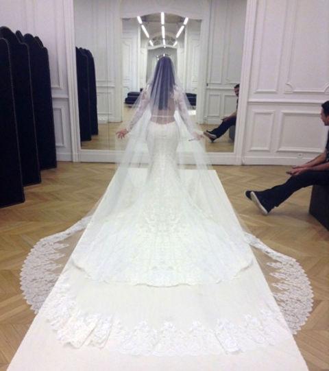 9 chiếc váy cưới có giá trên trời khiến cô dâu nào cũng mơ ước - Ảnh 8.