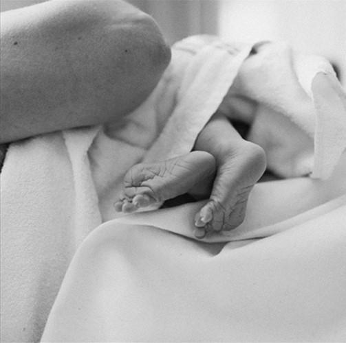 Bộ ảnh ấn tượng ghi lại cảm xúc của cha mẹ khi đứa con chào đời - Ảnh 9.