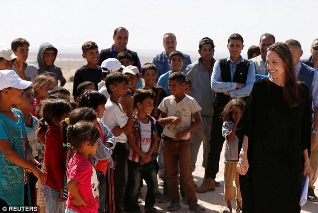 Angelina Jolie thăm trại tị nạn ở Jordan - Ảnh 2.