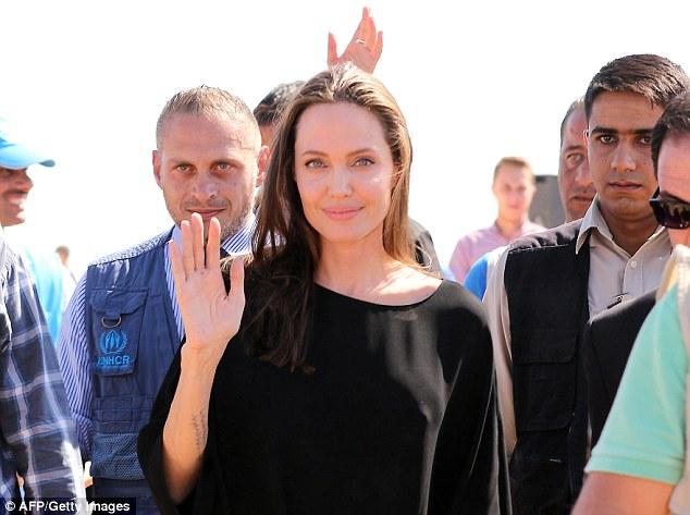 Angelina Jolie thăm trại tị nạn ở Jordan - Ảnh 3.