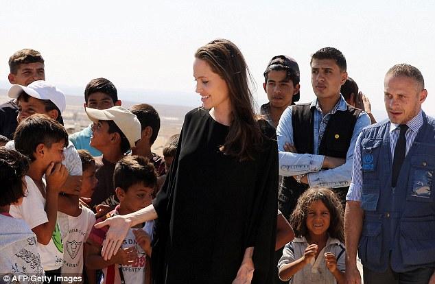 Angelina Jolie thăm trại tị nạn ở Jordan - Ảnh 4.