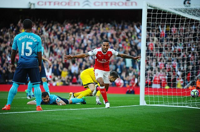 VIDEO, Arsenal 3-2 Swansea: Walcott lập cú đúp, Xhaka bị đuổi - Ảnh 1.