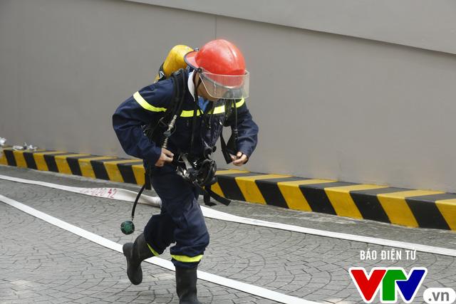 Diễn tập phương án chữa cháy và cứu nạn, cứu hộ tại tòa nhà cao nhất Việt Nam - Ảnh 9.