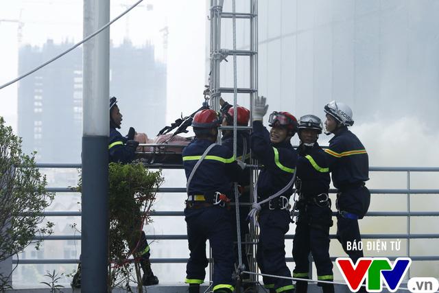 Diễn tập phương án chữa cháy và cứu nạn, cứu hộ tại tòa nhà cao nhất Việt Nam - Ảnh 5.