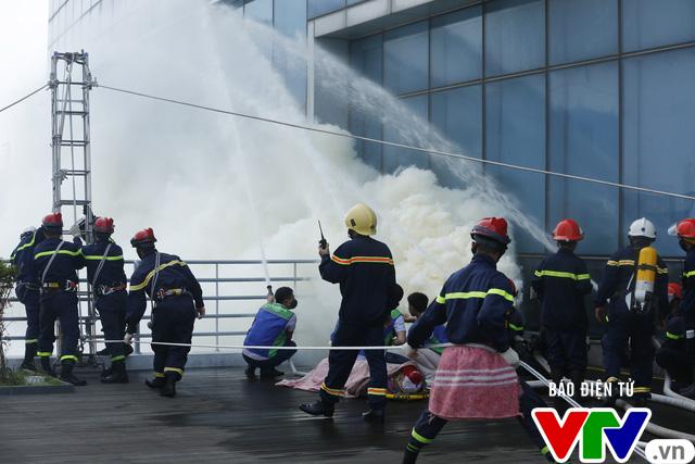Diễn tập phương án chữa cháy và cứu nạn, cứu hộ tại tòa nhà cao nhất Việt Nam - Ảnh 8.