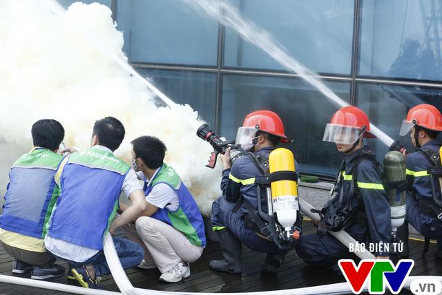 Diễn tập phương án chữa cháy và cứu nạn, cứu hộ tại tòa nhà cao nhất Việt Nam - Ảnh 6.
