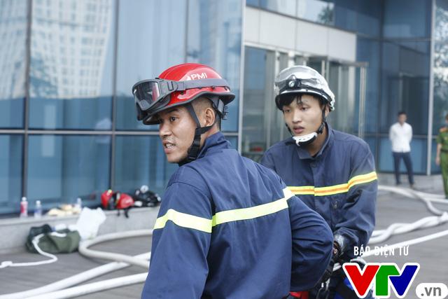 Diễn tập phương án chữa cháy và cứu nạn, cứu hộ tại tòa nhà cao nhất Việt Nam - Ảnh 3.
