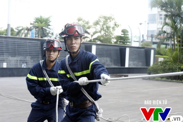 Diễn tập phương án chữa cháy và cứu nạn, cứu hộ tại tòa nhà cao nhất Việt Nam - Ảnh 10.