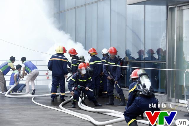 Diễn tập phương án chữa cháy và cứu nạn, cứu hộ tại tòa nhà cao nhất Việt Nam - Ảnh 4.