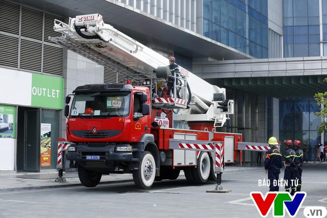 Diễn tập phương án chữa cháy và cứu nạn, cứu hộ tại tòa nhà cao nhất Việt Nam - Ảnh 1.