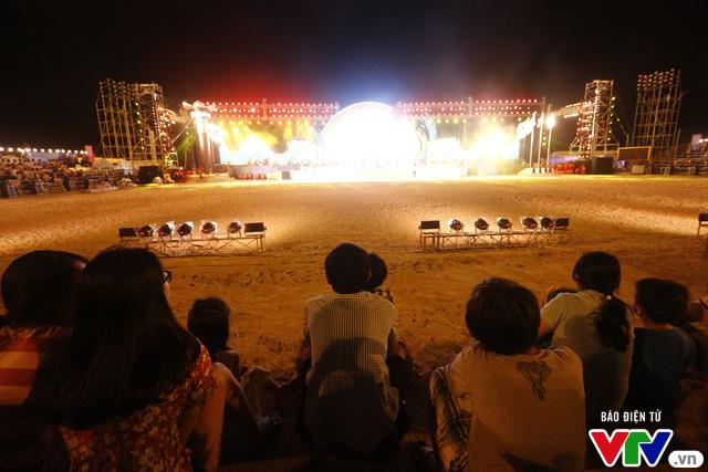 Người dân Đà Nẵng đội mưa đi xem tổng duyệt Lễ khai mạc ABG 5 - Ảnh 2.