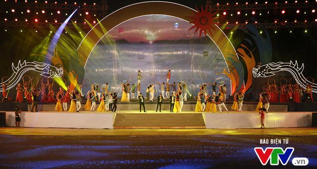 Người dân Đà Nẵng đội mưa đi xem tổng duyệt Lễ khai mạc ABG 5 - Ảnh 1.