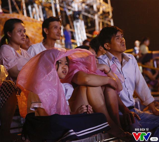 Người dân Đà Nẵng đội mưa đi xem tổng duyệt Lễ khai mạc ABG 5 - Ảnh 7.