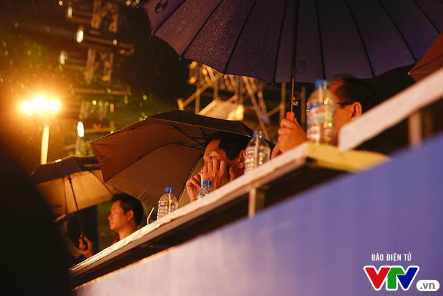 Người dân Đà Nẵng đội mưa đi xem tổng duyệt Lễ khai mạc ABG 5 - Ảnh 8.