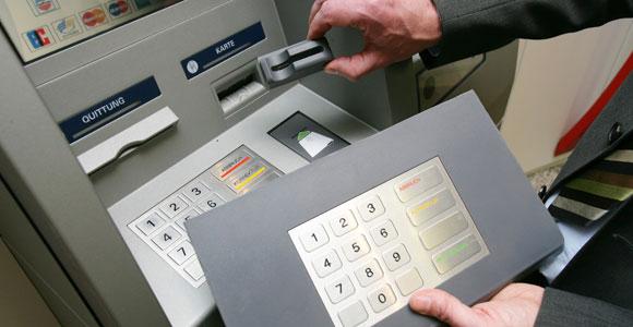 Đủ chiêu lừa đảo qua thẻ ngân hàng - Ảnh 2.