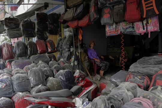 DN tạm dừng kinh doanh do bão bụi trên đường Kinh Dương Vương - Ảnh 1.