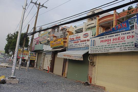 DN tạm dừng kinh doanh do bão bụi trên đường Kinh Dương Vương - Ảnh 2.