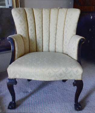 Bất ngờ tìm thấy kim cương giá trị trong chiếc ghế cũ lâu đời - Ảnh 2.