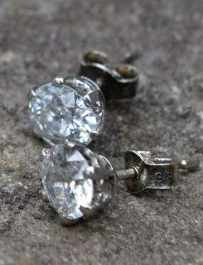 Bất ngờ tìm thấy kim cương giá trị trong chiếc ghế cũ lâu đời - Ảnh 3.