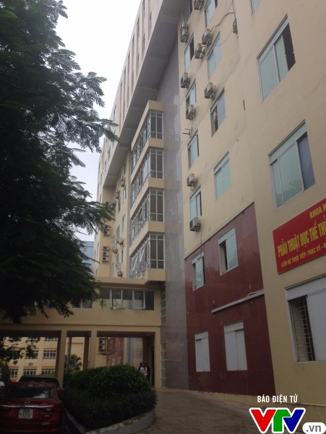 Hà Nội: Người đàn ông rơi từ tòa nhà bệnh viện cao 9 tầng tử vong - Ảnh 1.